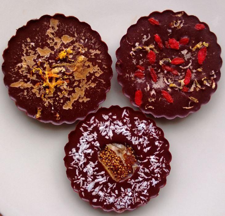Luxusní domácí čokoláda   90g panenského kakaového másla  60g kokosového cukru (agávového sirupu či xylitolu)  60g nepraženého kakaa  špetka Himálajské soli