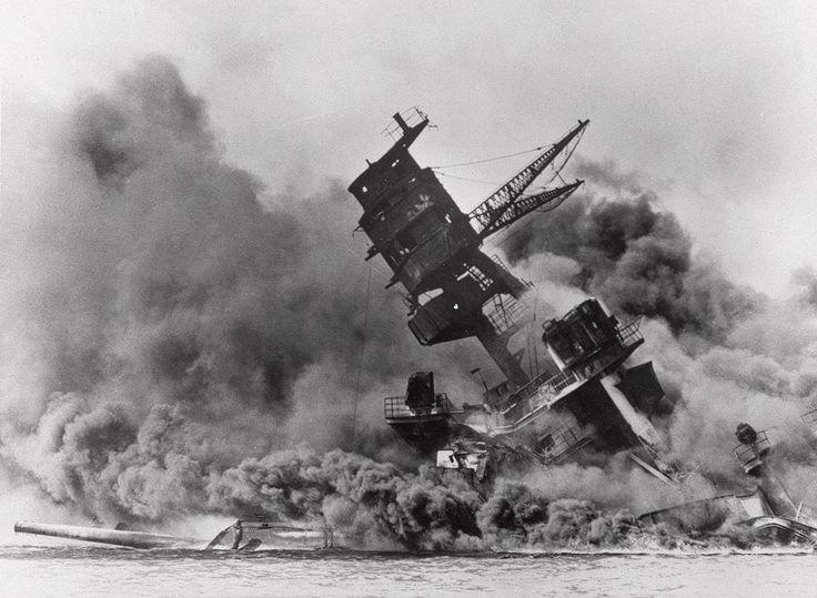 ataque a Pearl Harbor (Hawaii). En la fotografía, el acorazado USS Arizona entre humos, pierde el equilibrio en el mar y se hunde tras el ataque sorpresa japonés.