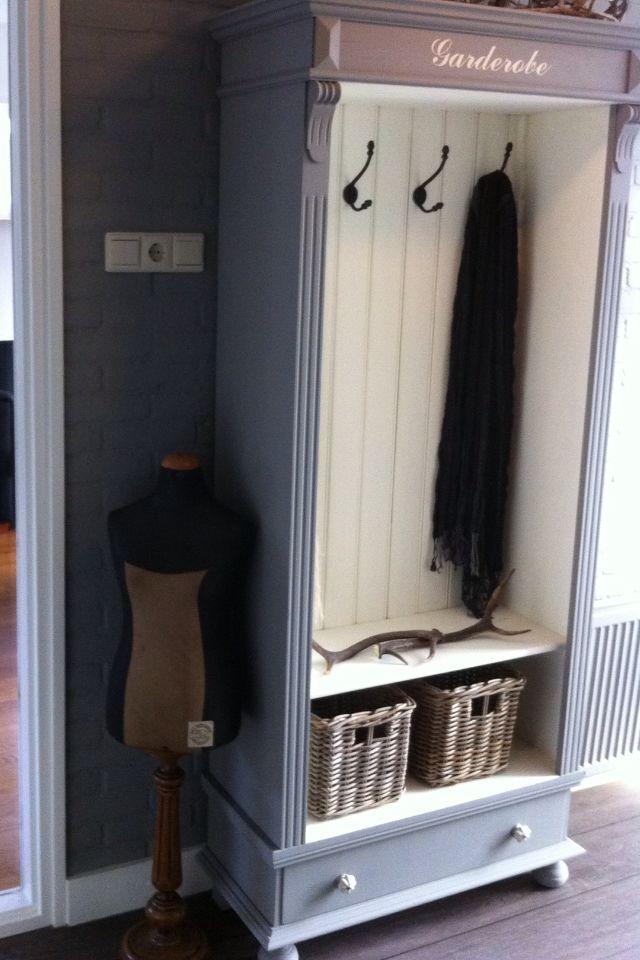 Wat een leuk idee voor een oude kast! Deuren eruit, haken erin en je hebt een garderobe kast
