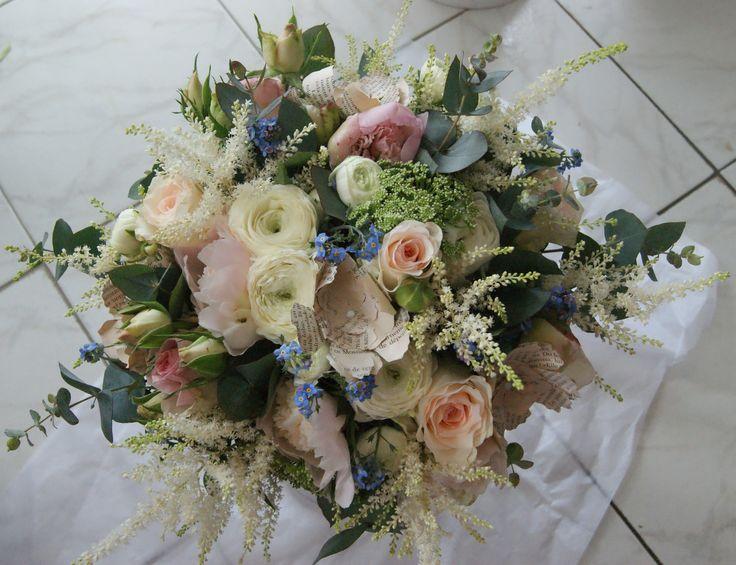 Bouquet romantique tons pastels champêtre shabby chic avec roses, pivoines, alstibes, nigelles, myosotis, renoncules, eucalyptus.