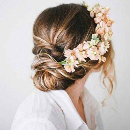 Des fleurs dans les cheveux pour un mariage boheme