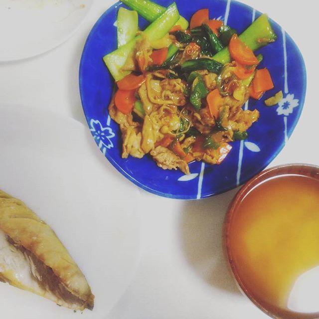 久々に飯作った~! 灰干しさばと、チンゲン菜と豚肉の中華風何か。 ちゃんと味噌汁も作る。 うままま。  これからドラクエ←ギター練習しろ。  #バンドマン  #による  #自炊  #魚 と  #肉 両方摂取 #適当  #男子飯 #夕飯