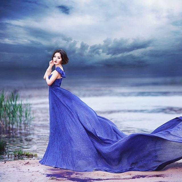 This stylish elegant bridal portrait with romantic color tones is off the charts beautiful! Photo by Alena Gorskaya #photography #wedding #portrait #blue #navy #art #bride #praisewedding