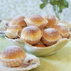 Pariserbullar fyllda med vaniljkräm och toppade med smält smör och strösocker.