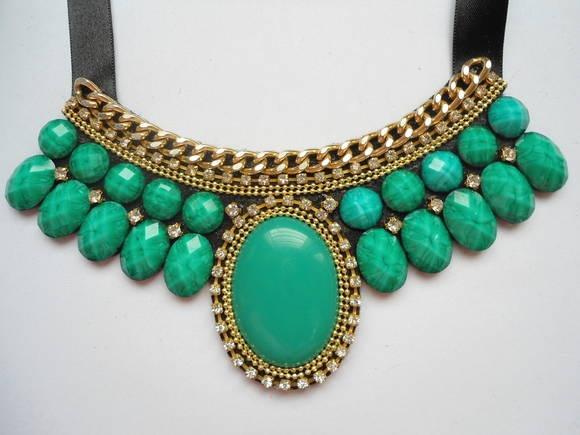 Maxi colar com base de feltro preto, aplicação de chatons na cor verde esmeralda e detalhes em corrente dourada e strass cristal. Amarração em fita de cetim preta.  *Pronta entrega. *Peça única. R$ 48,00