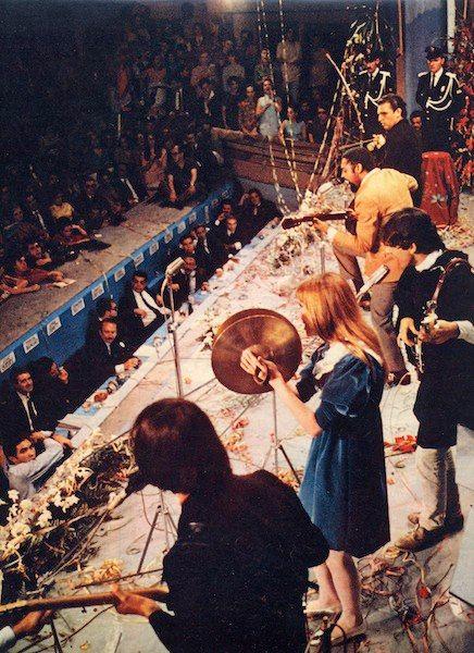 """Os Mutantes com Gilberto Gil, ao som de """"Domingo no Parque"""", no III Festival de Música Popular Brasileira, em 1967."""