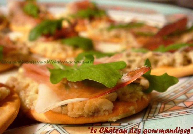 Crostini con speck, rucola e crema di carciofini - Crostini with smoked ham, rocket and artichokes cream