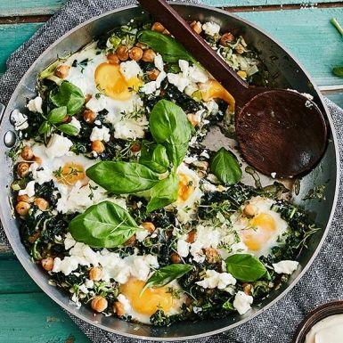 Gör en grön och riktigt matig variant av shakshuka – en annars populär frukosträtt från Mellanöstern. Fräs purjolök, svartkål och zucchini, tillsätt kikärter och knäck över ett gäng ägg. Avsluta med att smula över fetaost. En smidig allt i ett-panna!