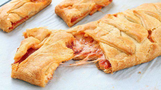 Υπέροχη σκεπαστή πίτσα πεπερόνι με ζύμη κρουασάν
