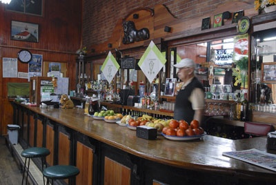 Bar Restaurant RenatoRodríguez 473, Valparaíso  Si la idea es empaparse del ambiente típico porteño, el bar Renato es un fiel representante de lo que se cocina y bebe en el puerto. Las calugas de pescado son uno de los platos preferidos por sus clientes, que también pueden disfrutar de un rico pernil y una abundante chorrillana. Un clásico del local es el licor de apio, más conocido como apiao.