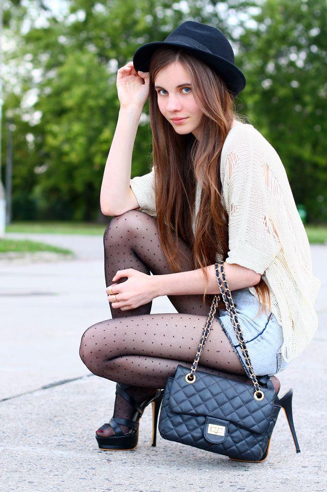 Luźny kremowy sweter, jeansowe szorty, czarne rajstopy w kropki i kapelusz | Ari-Maj / Personal blog by Ariadna Majewska #fetishpantyhose #pantyhosefetish #legs #heels #blogger #stiletto #pantyhose #collant #black