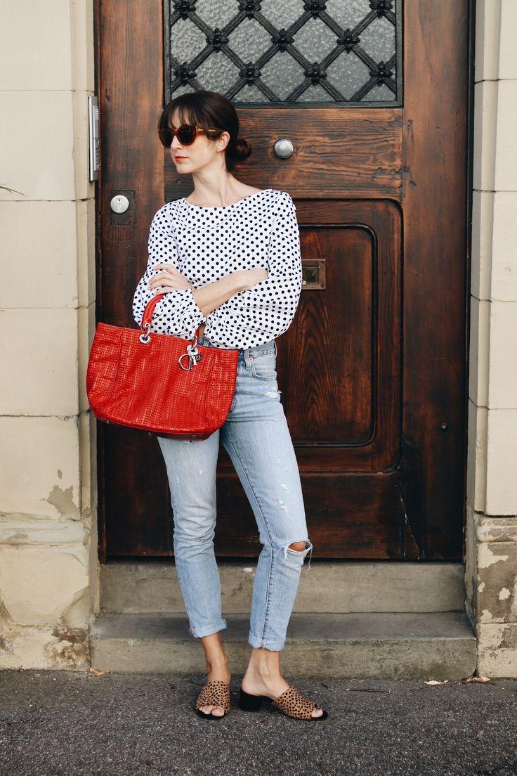 Der Modetrend Polka Dots kombiniert im Outfit mit Mom Jeans, Leo Mules, Céline Sonnenbrille und Dior Tasche auf meinem Modeblog.