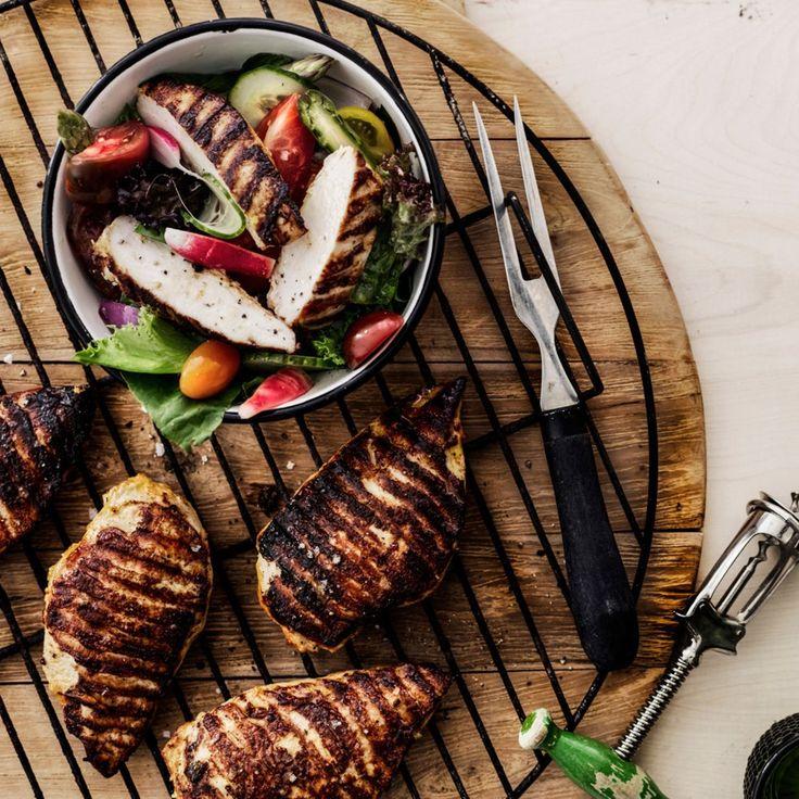 BBQ-majoneesissa marinoitua kanaa ja pikkelöidyt vihannekset.