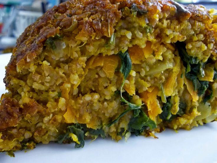 Na Casa da Ma: Assado vegan de trigo, azeitonas verdes e abóbora com recheio de espinafre e cenoura.