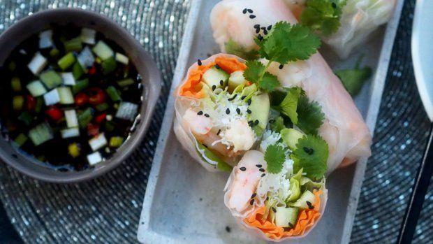 Obliba asijské kuchyně u nás je zřejmá, a proto stojí za to nějaké recepty vyzkoušet i doma. Co třeba jarní závitky? Chce to trochu praxe, ale po pár zkušebních kusech vám to půjde raz dva.