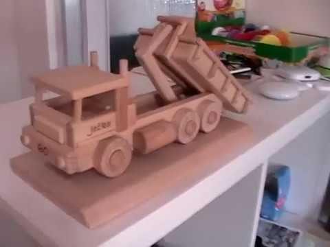 Tatra dřevěný nákladní vůz, model hračka s podstavcem a výklopným kontejnerem a osobním textovým věnováním - gravírováním www.soly.cz