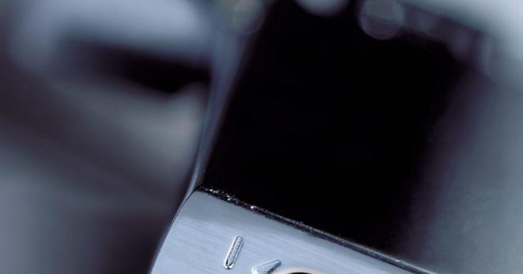 Como colocar carga no isqueiro maçarico. Os isqueiros maçaricos criam uma chama fina e mais quente do que a dos isqueiros normais. O uso mais comum desse tipo de isqueiro é acender charutos e cigarro para os fumantes. Em comparação com os isqueiros comuns, esse raramente é descartável e precisará de recarga quando o combustível de butano acabar. Devido à alta pressão da chama de um ...