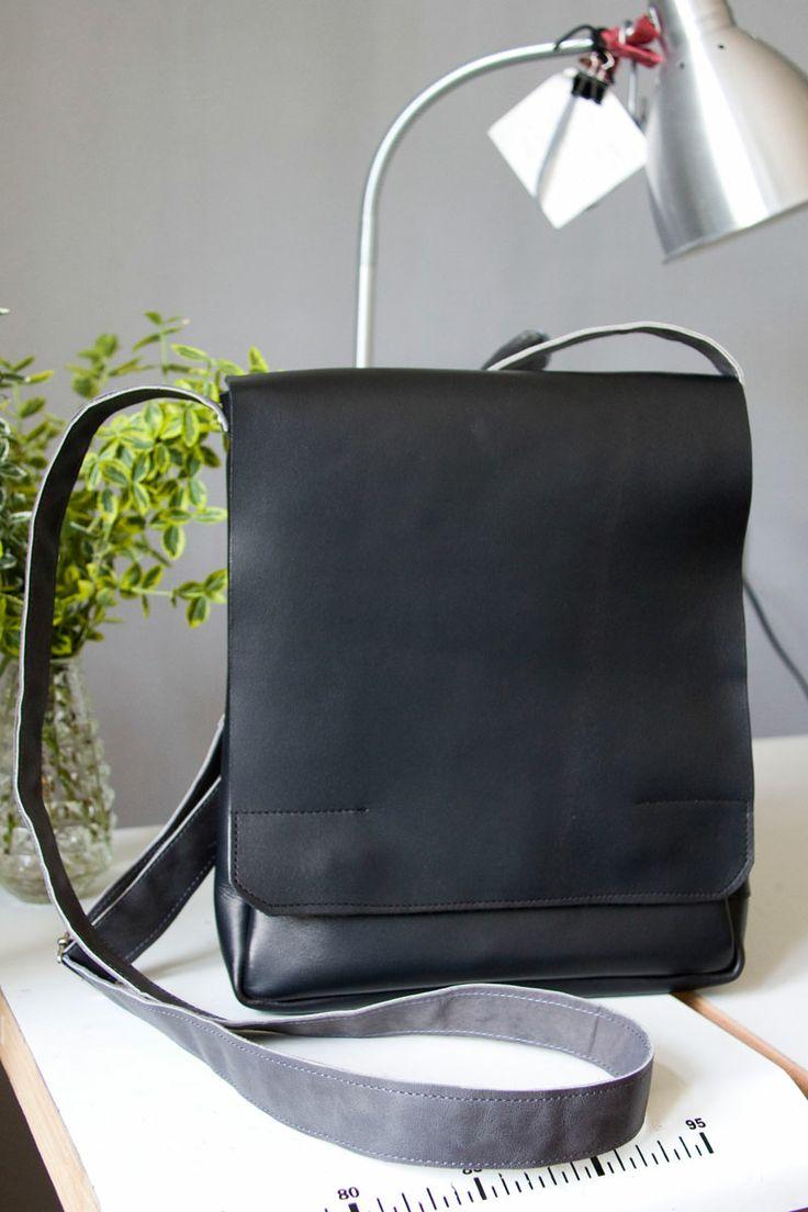 Torba uszyta pod wymiary iPada. Z przegrodą i z zapasem, by zmieścić portfel, notes itp.   #MansFashion #mansBag #bag #iPadAccessories #iPadbag #leather #leatherBag