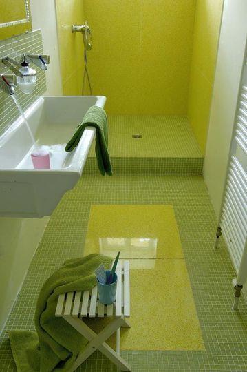 Vert flashy et douche à l'italienne pour une salle de bains toute en longueur