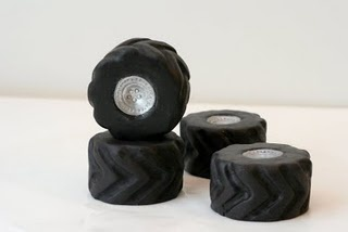How to make candy tires. Easy-to-follow instructions. Materials include rice krispie treats and fondant. Credit to jessicakesblog.blogspot.com for this wonderful post!