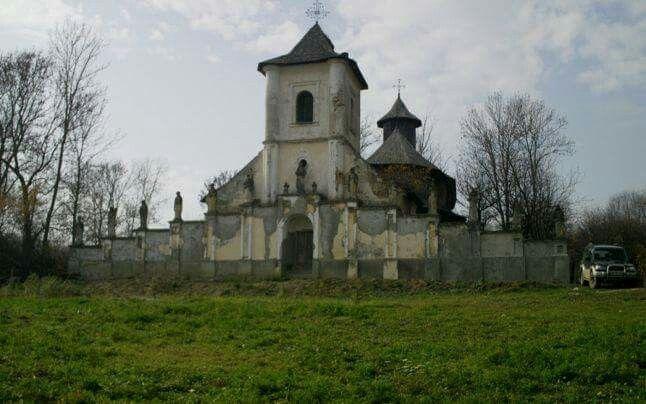 Biserica din Hiliseu Crisan, jud. Botosani (1802) (http://adevarul.ro/locale/botosani/leganda-biserici-romanesti-unice-lume-jumatate-ortodoxa-jumatate-catolica-bijuteria-arhitectonica-fost-ridicata-boier-sfasiat-iubire-1_54ef485a448e03c0fd03d1b0/index.html)