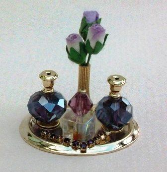 Bandeja de Perfume de lavanda de las señoras de la casa de muñecas.    Casa de muñecas miniatura señoras lavanda perfume, collar y florero de capullos de rosa violetas. La pantalla se presenta en un óvalo de oro precioso con forma de bandeja. Todos los artículos se fijan en posición.    Escala de casa de muñecas!  Casa de muñecas escala 1: 12    Mediciones de  Bandeja de 3 cm x 2,5 cm  1 1/4 x 15/16    Hechos a mano por Diane en el mundo en miniatura por Diane    Los artículos son colectores…