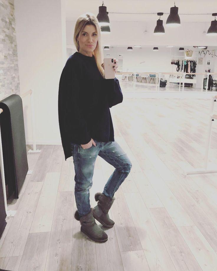 Cozy Wednesday ihr Süssen  Aber nur bis 19:00 denn dann gehts in den Studios wieder los. 6 Stunden Barre und Ballet Technique in Düsseldorf & Hamburg. Happy Day! Bis später. With Love Conni  _ _ _  youpila.company #cozy #love #advent #pulli #blue #ugg #relax #classy #style #oversize #jeans #easybaby #happy #original #smart #bold #sassy #smile #blonde #selfie #barreworkout #training #corneliadingendorf