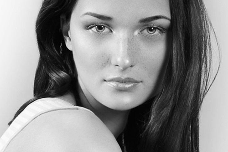 Złuszczanie zrogowaciałego naskórka to podstawa, jeśli chodzi o pielęgnację twarzy. Dzięki temu nasza cera jest gładka, oczyszczona, ma ładny koloryt. Jakie zabiegi złuszczające pomogą nam zadbać o cerę?