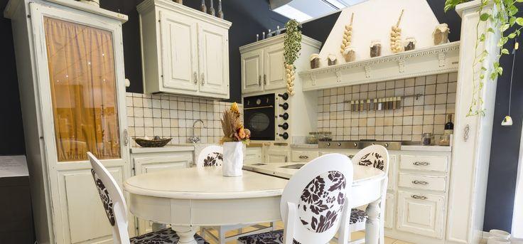 ante legno massello verniciatura bianco cucina con ante in legno massello verniciatura bianco invecchiato top in marmo bianco di carrara legno mattonelle lavello scavato con bordo a spacco
