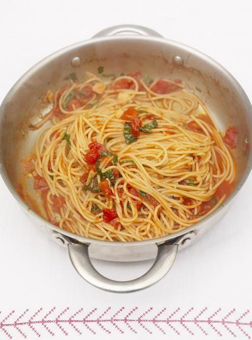 Classic Tomato Spaghetti http://www.jamieoliver.com/recipes/pasta-recipes/classic-tomato-spaghetti/#4W43OD84535rgQP1.97