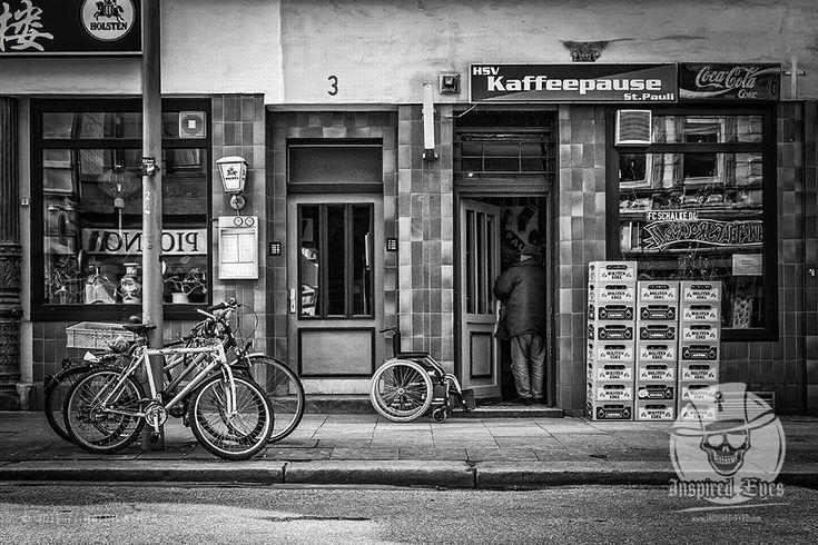 Street // #urban #StPauli #Kneipe #Kaffeepause #BnW  #schwarzweiss #Streetphotografie #Fotografie #Fotograf #Photography #blackandwhite #blackandwhitephotography / gepinnt von www.KERPA.com