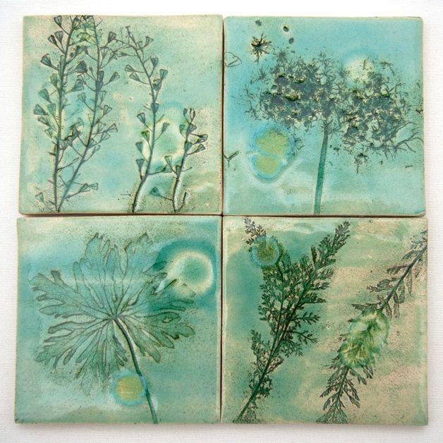 Cztery ręcznie wykonane dekory ceramicznych, z motywem roślinnym, z plamkami. Kafle są w kolorze jasnej zieleni, wpadającej w błękit.  Dekory montuje się zwyczajnie, zalecam zabezpieczyć ich...