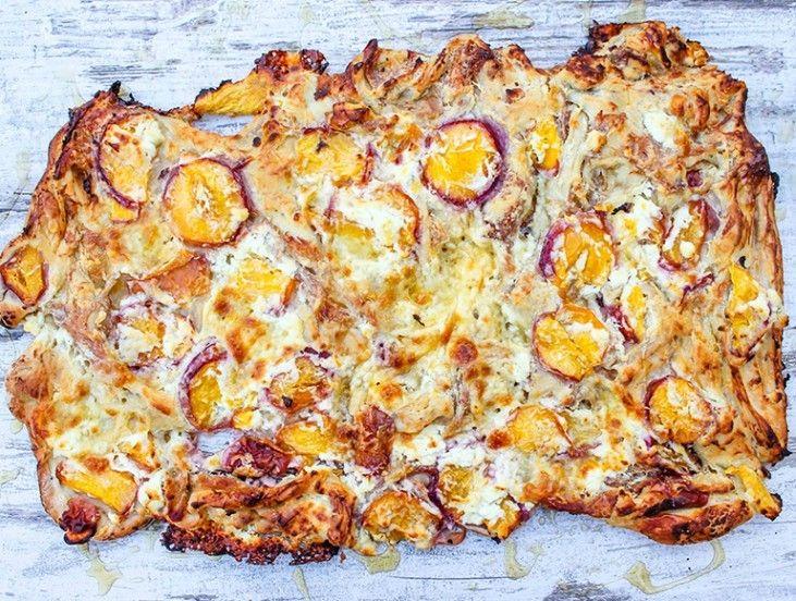 Zoals iedereen weet maakt La Place heerlijke pizza's. We snappen dat je natuurlijk niet elke dag naar La Place kan, dus hierbij een ultieme zomer pizza die je zelf kan maken. Fris, zoet, zoutige en knapperige smaken in één pizza. Een drie kazen perzik prosciutto pizza met basilicum en honing.