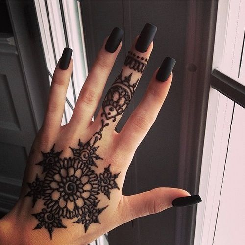 Black square nails with black henna tattoo. Love this so much.
