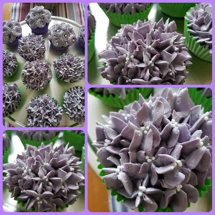 Chocolade cupcakes met toef van vanille smbc. Voor de hortensia spuitmond D2 gebruikt.