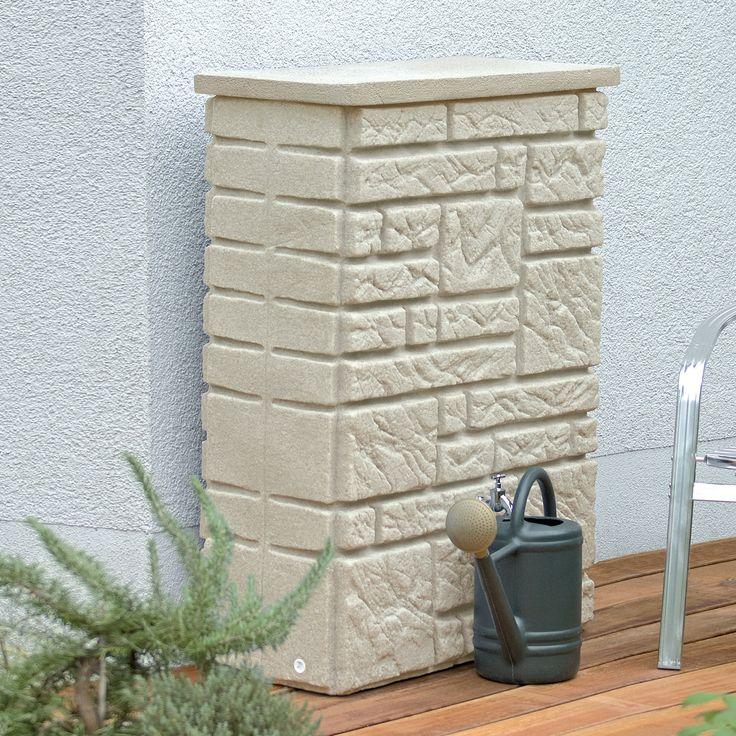 Naturgetreue Regentonne in Form einer Natursteinmauer in der Farbe sandstein mit optionaler Bepflanzung. #regentonne #regentonnenshop www.regentonnenshop.de