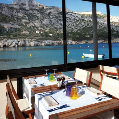 Une vue sur les Calanques Ce restaurant, situé à proximité de Marseille, offre une vue inoubliable sur le littoral méditerranéen. C'est un vrai petit coin de paradis, avec ses petits cabanons de pêcheurs, ses rochers et son sable fin... A l'intérieur, on déguste son apéritif au bar esprit Art Déco et on savoure la fameuse bouillabaisse en salle en regardant la belle bleue. Le Lunch - Calanque de Sormiou - 13009 Marseilel