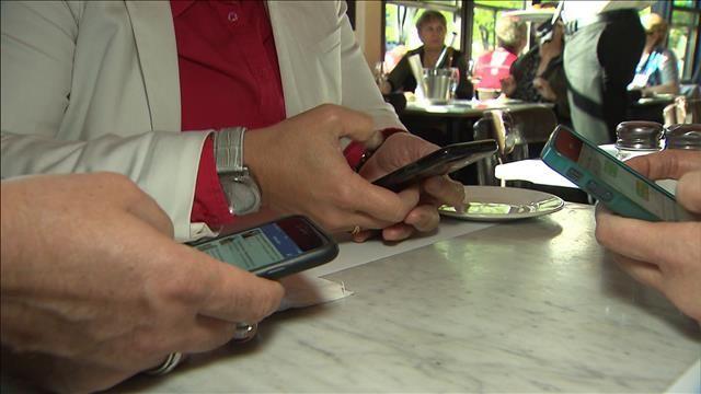 L'obsolescence programmée des gadgets électroniques. Les téléphones intelligents et les tablettes électroniques sont très populaires, mais ils peuvent réserver de mauvaises surprises en devenant défectueux rapidement.