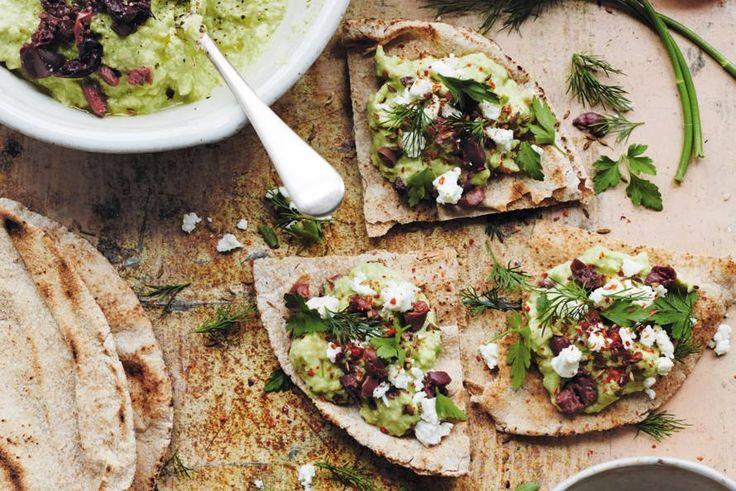 Platbrood en avocadopuree met tahin en olijven - Recept - Allerhande