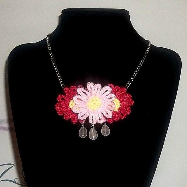 Collar 65: flores de hilo fucsia y rosado con cuarzo rosado. Ch$5.000.