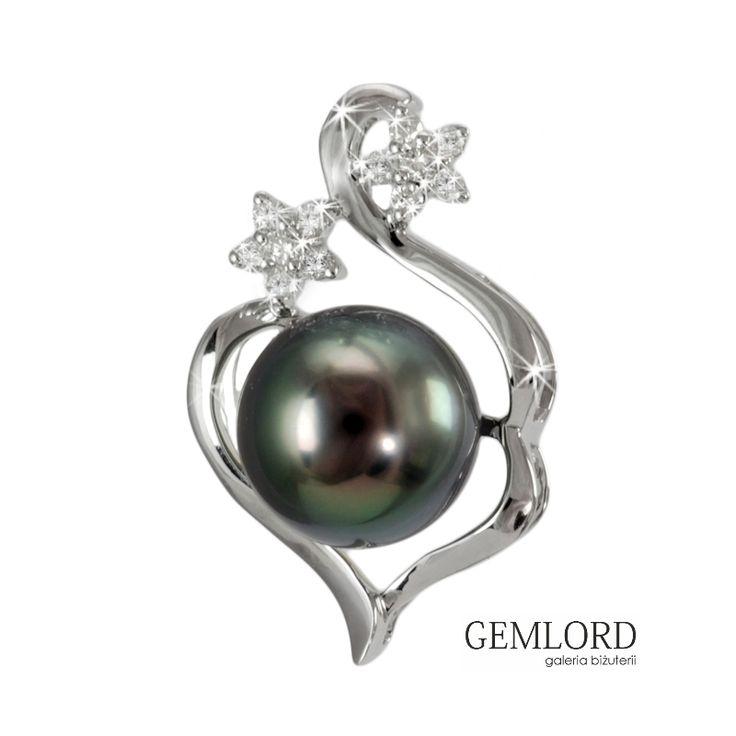 Przepiękna zawieszka z perłą Tahiti. Najwyższej klasy perła morska - czarna, o subtelnym oliwkowo-zielonym overtonie i cudownym blasku. Elegancka oprawa z białego złota zdobiona iskrzącymi brylantami składającymi się na dwa kwiatowe motywy. Urocza ozdoba kobiecego dekoltu - jej piękno nikogo nie pozostawi obojętnym.  #zawieszka #pendant #perły #pearls #perlas #perolas #жемчуг #złoto #gold #diamenty #diamonds #biżuteria #jewellery #jewelry #gwiazdy #celebryci #luksus #luxury #luxurylife…