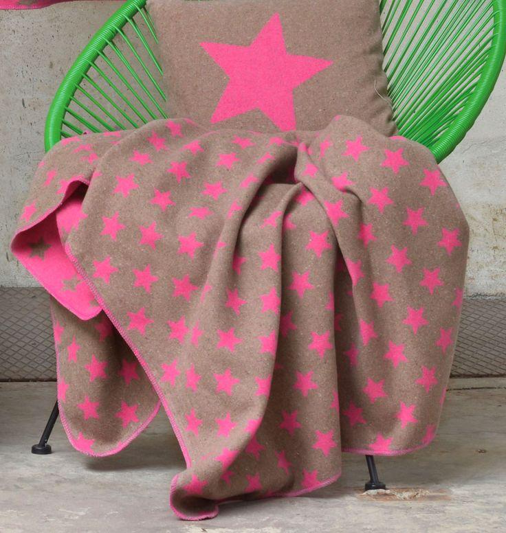 """David Fussenegger Flanell-Decke """"Sterne"""" ist perfekt für alle Kuschelfreunde! Die braun-pinke Kuscheldecke aus Baumwolle ist mit einem lebendigem Sternenmotiv versehen, das jedem Raum einen Touch Romantik verleiht. Wunderbar wärmend..."""