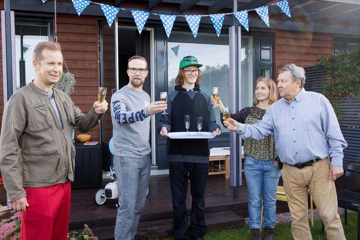 """Yösyöttö-elokuvan on eilisiltaan mennessä nähnyt 107 918 katsojaa 👏👏👏 Tuottaja Markus Selinin kiitokset: """"Loistavaa, että yleisö on pitänyt elokuvan ykkösenä Suomessa ilman Finnkinoa. Suurkiitos kuuluu yleisölle sekä yksityisille teatterinomistajille, jotka todella rakastavat kotimaista elokuvaa."""" Kiitos! 🙌 Yösyöttö nyt elokuvateattereissa 🎬"""