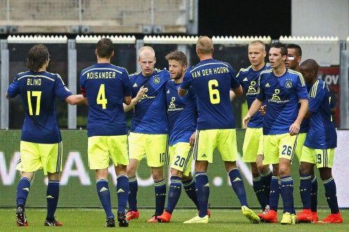 Voor het duel met PSV zijn basiskrachten Ricardo van Rhijn en Joël Veltman teruggekeerd in de selectie. Vanwege een scheurtje in zijn hamstring ontbrak van Rhijn bij de eerdere wedstrijden. Veltman keert na twee wedstrijden in Jong Ajax terug in de selectie. Door de terugkeer van Veltman en Van Rhijn ontbreken Kenny Tete en Jaïro Riedewald in de selectie.