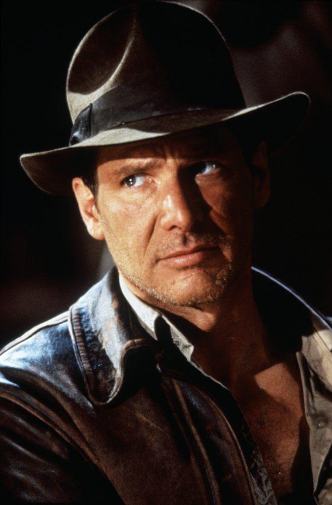 Om even te kunnen kijken naar de kleding in de avonturenfilm Indiana Jones. Hij draagt een hoed, een leren vest, een beige hemd, vaak heeft hij nog een lasso mee, eventueel een tas. Dit alles verwijst al naar avontuur. Zo ga je niet op straat lopen. De kleuren bruin en beige zijn om niet op te vallen, trekken de zon niet aan, je kan er goed in bewegen, maakt niet uit als ze vuil worden  Indiana Jones and the Last Crusade (1989)