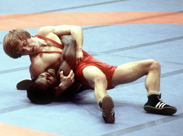John McPhedran du Canada (rouge) participe à la lutte aux Jeux olympiques de Montréal de 1976. (Photo PC/AOC)