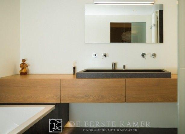 (De Eerste Kamer) Een exclusief badkamermeubel van massief eiken.