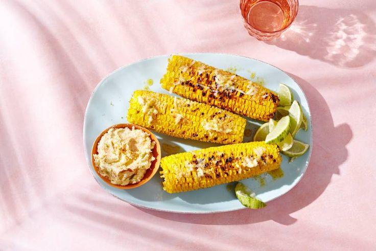 Besmeerd met boter waaraan Parmezaanse kaas, pikante gerookte-paprikapoeder en knoflook is toegevoegd. Goed plan! - Recept - Allerhande