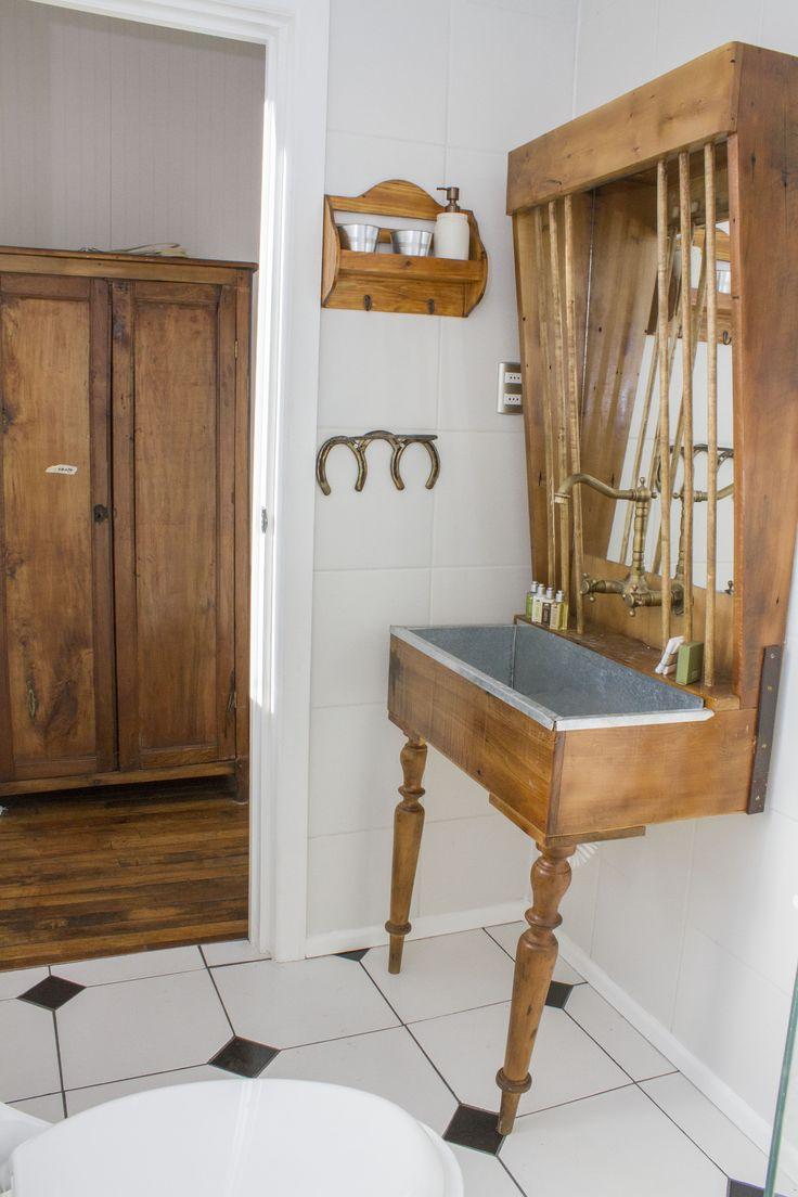 Su mueble de baño es una réplica de comedero para caballos típico de las pesebreras. #baño #hotelboutique #chile #magallanes #travel #puntaarenas