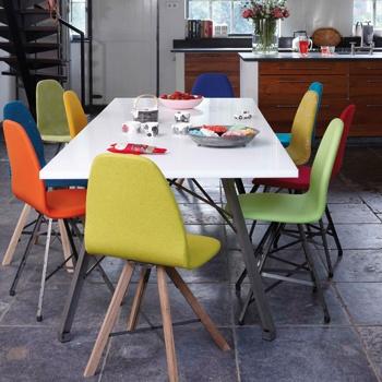 Ieder zijn eigen stoel... Door iedere stoel te voorzien van een andere kleur of stof ontstaat een leuk geheel.